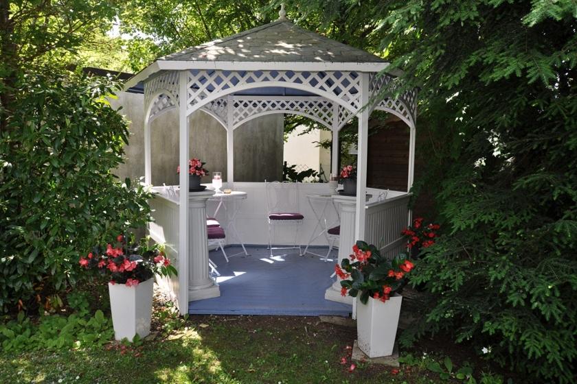 Schön eingewachsenen Garten mit Pavillon