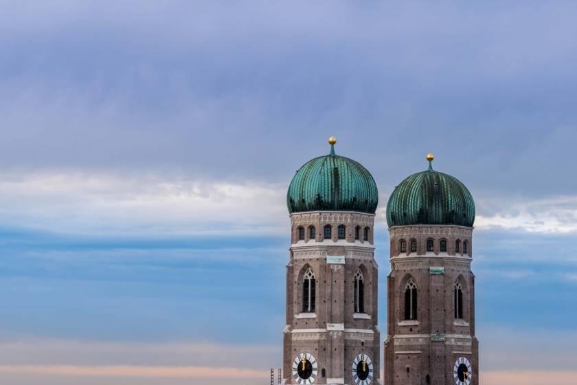 Frauenkirche Türme blauer Himmel 142411977