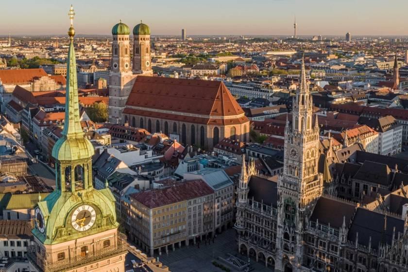 Marienplatz Frauenkirche Rathaus Alter Peter Morgensonne Redline 2687s