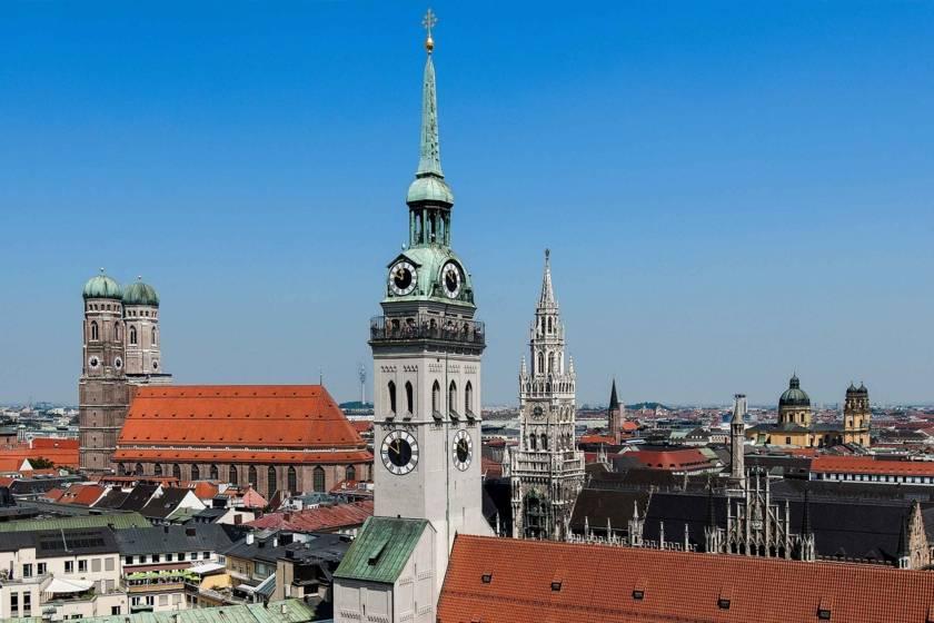 Blick über den Alten Peter auf Frauenkirche und Rathaus 1648