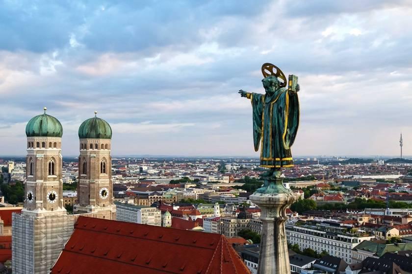 Münchner Kindl Drohne Türme Frauenkirche RE0041
