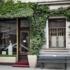 """Durch Zufall laufen wir an einem der ältesten Friseursalons der Stadt vorbei: den """"Salon Charlotte"""" gibt es schon seit 1904."""
