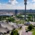 Die Dachkonstruktion aus lichtdurchlässigem Plexiglas überspannt das Olympiastadion, die Olympiahalle und die Olympia-Schwimmhalle.