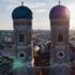 Der Nordturm der Frauenkirche, eine Sehenswürdigkeit in der Altstadt, misst 98,57 Meter, der Südturm 98,45 Meter.