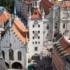 Das Herz der Altstadt – der Marienplatz mit dem Alten Rathaus von oben.