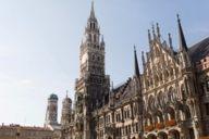 Blick auf das Neue Rathaus, im Hintergrund die Frauenkirche. Beide Gebäude sind ein tolles Fotomotiv in der Innenstadt.