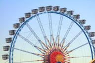Einer der besten Orte für ein Date auf dem Oktoberfest ist im Riesenrad hoch über München.