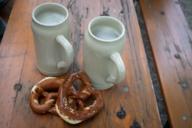Zwei Dinge die fast jeder in Bayern gerne mag: Brezen und Bier.