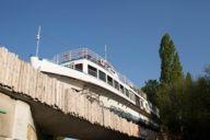 Anfang 2017 wurde der Ausflugsdampfervon drei großen Autokränen auf die Brücke gehoben.