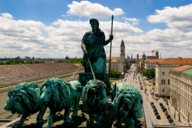 Die Quadriga auf dem Siegestor an der Münchner Universität zeigt die Bavaria mit einem Gespann von vier Löwen.