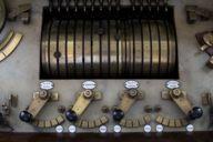 Mit diesen Schalthebeln werden die Figuren des Glockenspiels und die dazugehörige Musik von Hand zugeschaltet.
