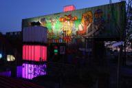 Wenn die Dunkelheit hereinbricht, werden die Container im Werksviertel Mitte beleuchtet.