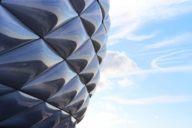 Die Fassade und das Dach der Allianz Arena bestehen aus 2.784 rautenförmigen Luftkissen.