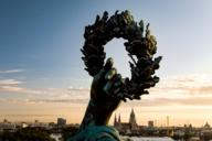 Die Bavaria-Statue an der Theresienwiese hält ihren Lorbeer-Kranz hoch über München.