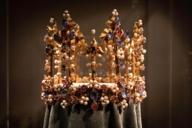 In der Schatzkammer ausgestellt: Eine goldene Krone mit unzähligen Schmucksteinen und Perlen.