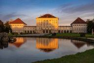 Schloss Nymphenburg im Münchner Westen zählt zu den größten Schlossanlagen Europas. Die ehemalige Sommerresidenz der Wittelsbacher lockt Besucher aus aller Welt.