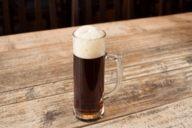 Dunkel ist die Schokolade unter den Bieren: schwer und süß im Geschmack, der Schaum ist cremig.