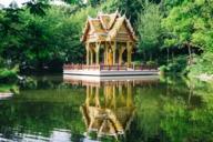 Die Thai-Sala mit einer Buddha-Figur ist ein Teil des  Ostasien-Ensembles im Münchner Westpark.