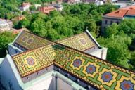 Der Architekt Friedrich von Gärtner entwarf das Dach Ludwigskirche aus glasierten Ziegeln.