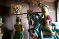 Beim Glockenspiel im Rathausturm am Münchner Marienplatz gewinnt stets der bayerische Ritter, leicht zu erkennen an der weiß-blauen Decke seines Pferdes.