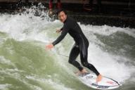 Beim Fluss-Surfen kommt das Wasser im Gegensatz zum Surfen im Meer von vorne –man surft auf der Stelle.
