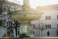 Der Geschwister-Scholl-Platz vor der Universität ist nicht nur sehr schön, sondern auch historisch bedeutsam.