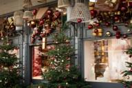 Berühmt für seine wunderbare Weihnachtsdekoration ist der Käfer Feinkostladen am Prinzregentenplatz.