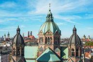 Die Pfarrkirche St. Lukas am Isar-Ufer ist die einzige fast vollständig erhaltene evangelische Kirche des Historismus in München.