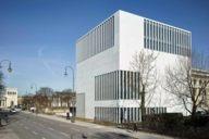 Der weiße Kubus der Architekten Georg-Scheel-Wetzel hat Fenster nach allen Seiten und schafft damit Bezüge zu Relikten aus der NS-Zeit, in der München Hitlers Hauptadt der Bewegung war.