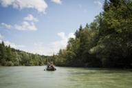 Die Isar läßt sich mit einem Floß, Schlauchboot oder wie hier mit dem Kanu befahren.