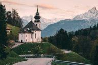 Wie im Bilderbuch: Die Wallfahrtskirche Maria Gern mit dem Watzmann-Massiv im Hintergrund ist ein beliebtes Fotomotiv.