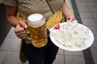 Typisch bayerisch: Ein Maß Bier und aufgeschnittener Radi.