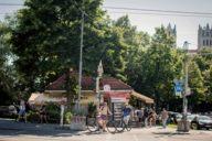 Das geht immer im Münchner Sommer: Fahrrad fahren in Badehose!