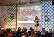 Geraldine Knudson spricht vor Gästen beim Kick Off 2019