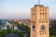 Blick am Museumsturm des Deutschen Museums vorbei auf die Isar. Der einst wilde Gebirgsfluss lockt Badegäste, Radler, Spaziergänger und Naturliebhaber an seine Ufer.
