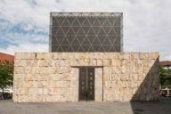Der steinerne Sockel der Synagoge am St.-Jakobs-Platz erinnert an die Klagemauer in  Jerusalem.