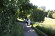 Rainer Langhans mit Freundin ein Spaziergang im Luitpoldpark