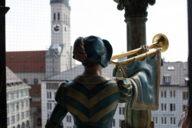 Dieser Blickwinkel auf eine der fast mannshohen Holzfiguren des Münchner Glockenspiels im Münchner Rathausturm ist höchst ungewöhnlich.