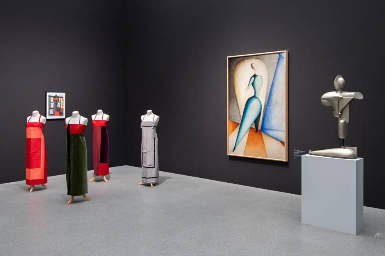 Ausstellungsansicht in der Pinakothek der Moderne mit einem Bild von Oskar Schlemmer