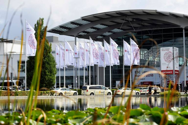 ESC Congress 2018 Flaggen vor der Messe München