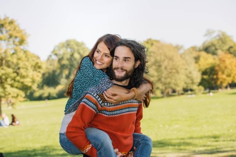 Ein junges Paar auf der Wiese im Englischen Garten in München.