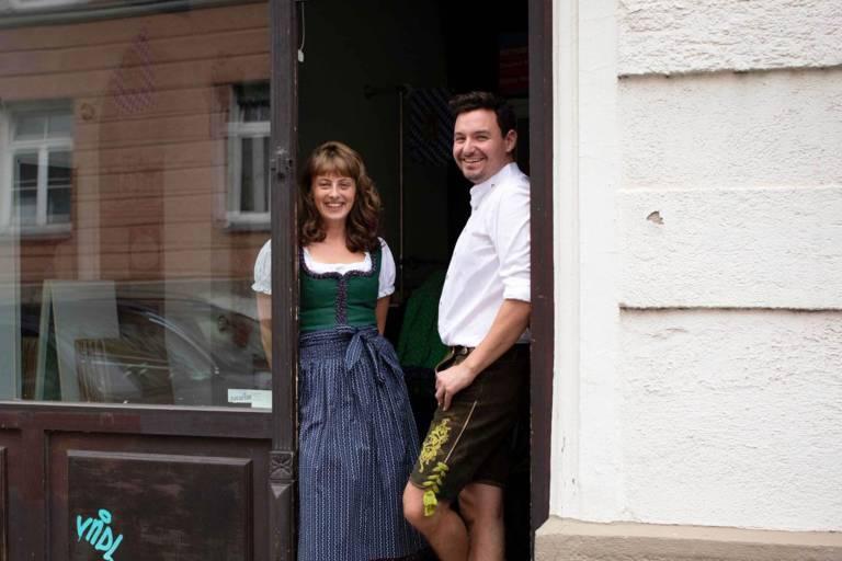 Mitarbeiter von München Tourismus in Tracht im Bavarian Outfitters in München