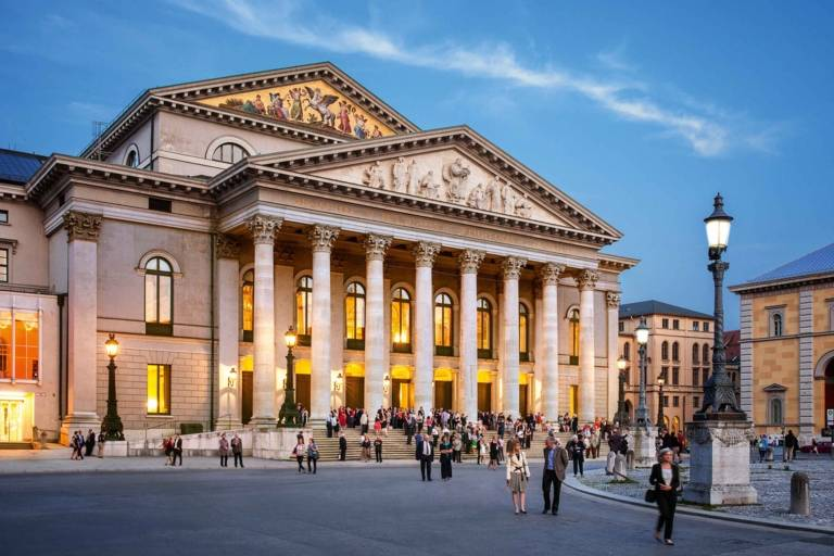 Die Bayerische Staatsoper mit Nationaltheater am frühen Abend in München.