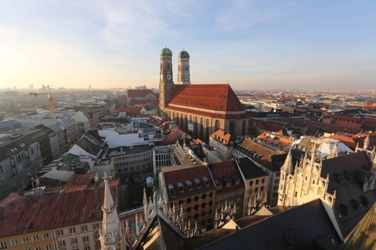 Die Frauenkirche in München am frühen Abend.
