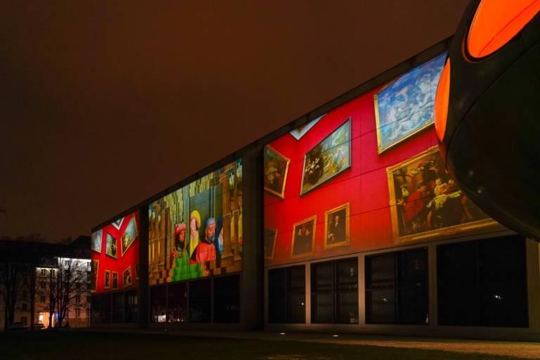 Eine Lichtprojektion an der Pinakothek der Moderne in München