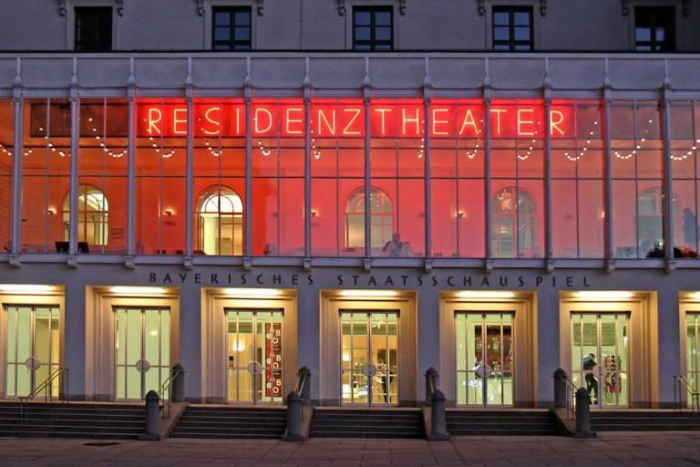 Das hell erleuchtete Residenztheater am Abend in München.