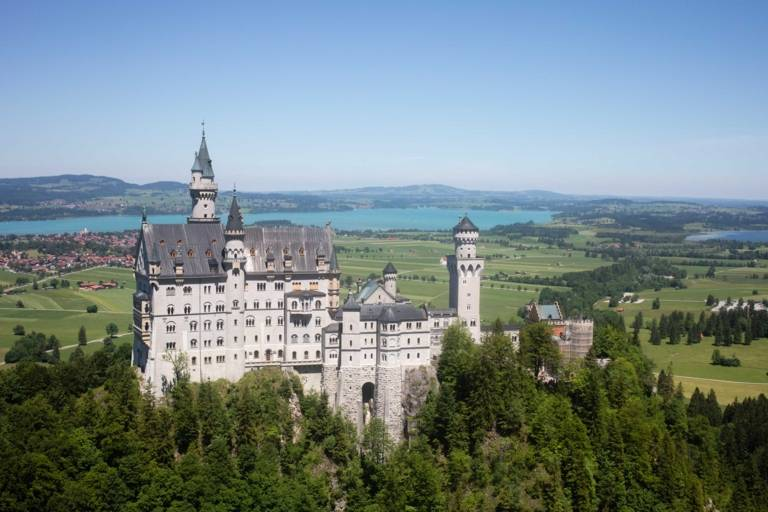 Schloss Neuschwanstein mit See im Hintergrund im Münchner Umland.