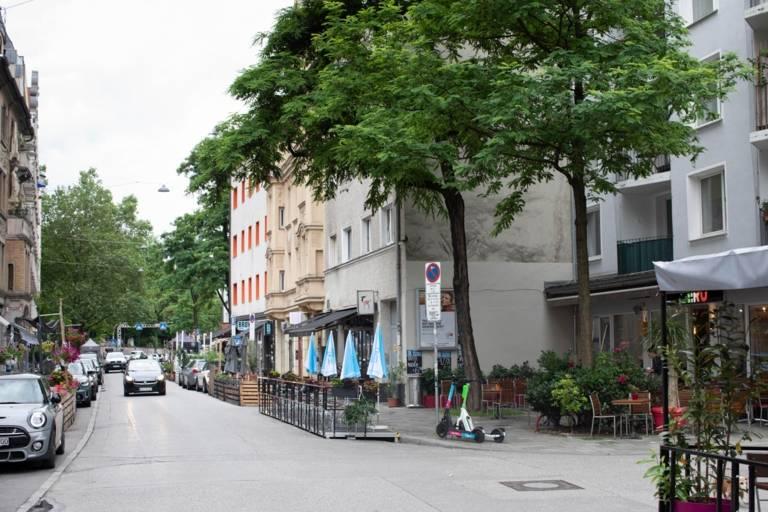 Mehrere Schanigärten schmücken die Thalkirchner Straße in München
