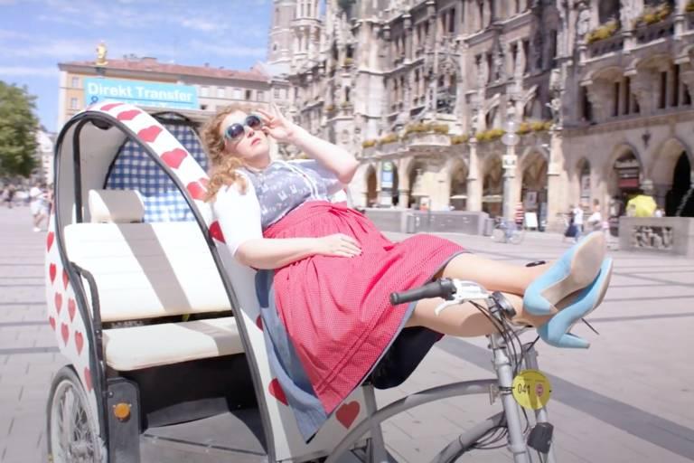Comedian Franziska Wanninger auf einer Rikscha am Marienplatz in München.
