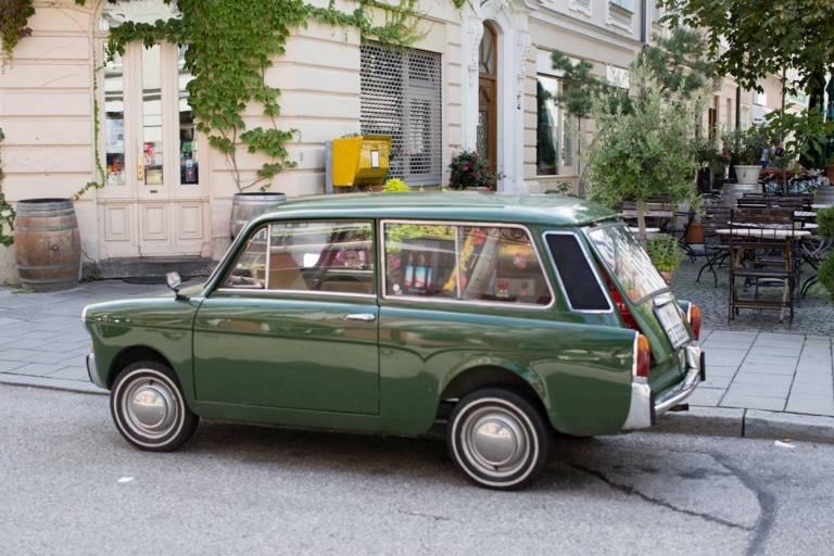 Auto in der Sedanstraße in München.